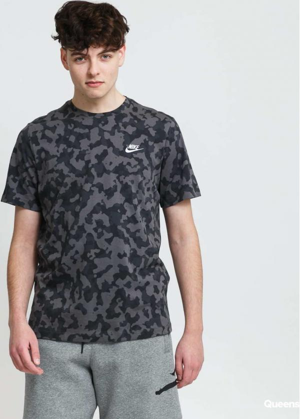 Nike M NSW Tee Club AOP Hook camo šedé / tmavě šedé